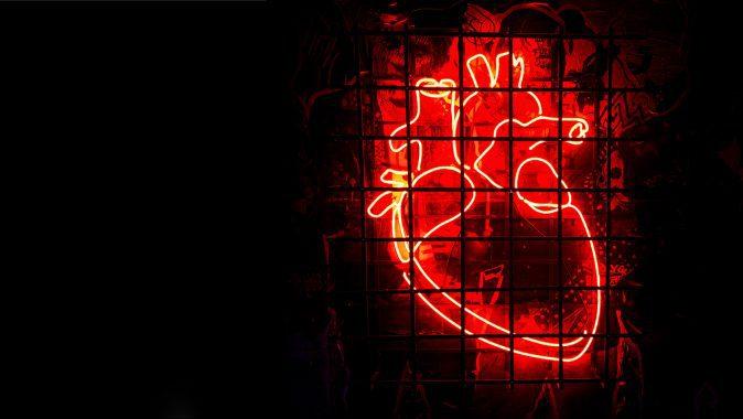 Coração vermelho no fundo preto.